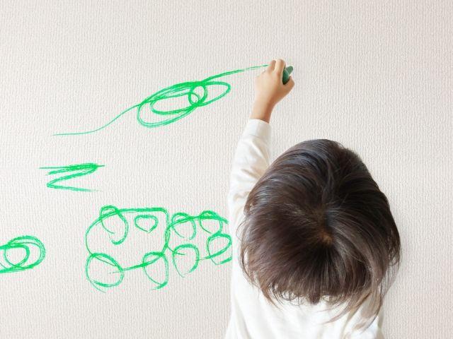 壁紙に落書きをする子供