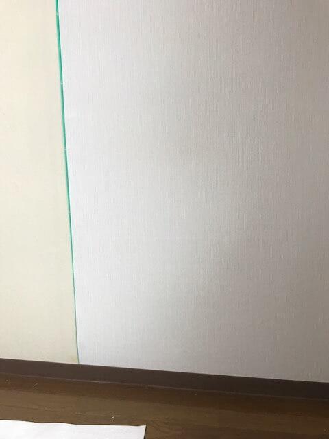 線に合わせて壁紙を貼り付ける