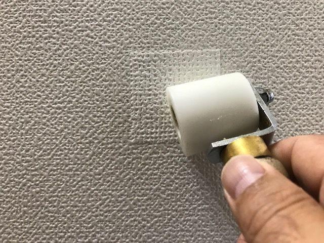 壁紙をローラーで押さえる