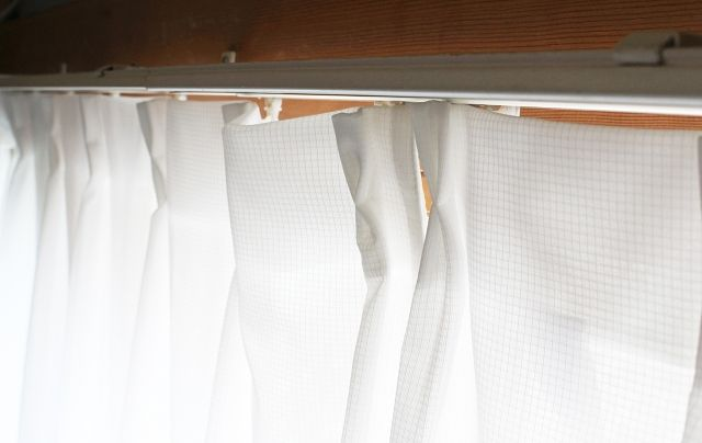カーテンの上から漏れる光