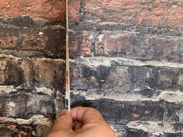 壁紙を何度も捲り柄を調整する