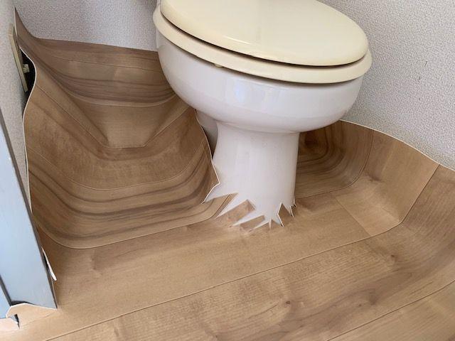 トイレにクッションフロアを仮置き