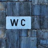 トイレの壁紙張替えは業者に依頼する