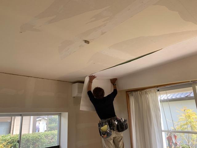 天井の壁紙を貼る