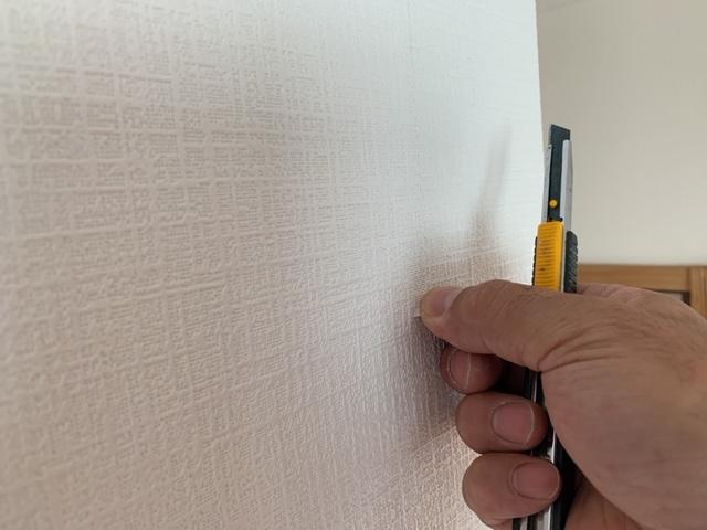 壁紙を手で剥がす