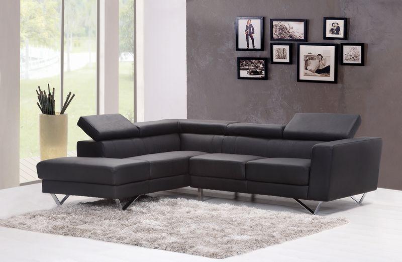 黒い壁紙とソファーのコーディネート
