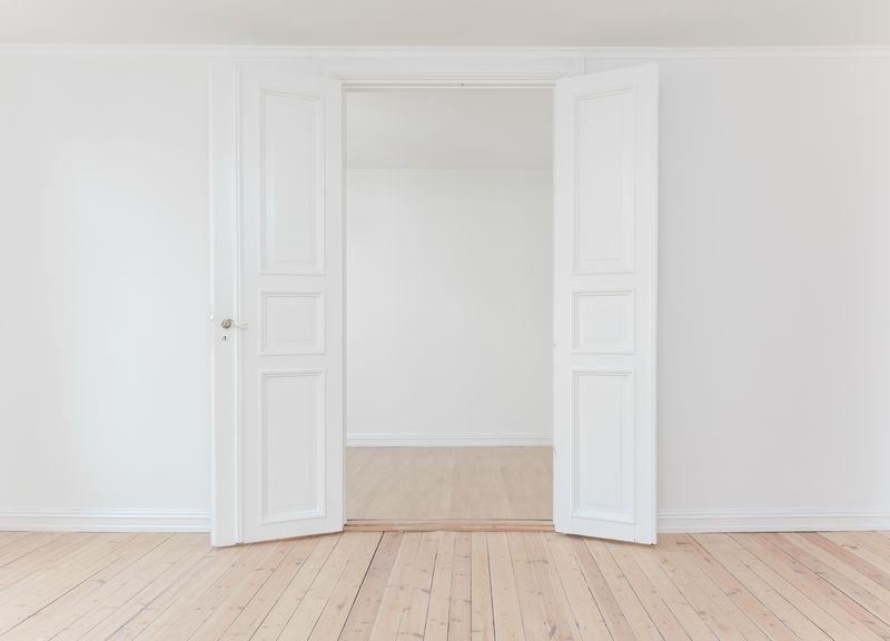 白い内装の部屋