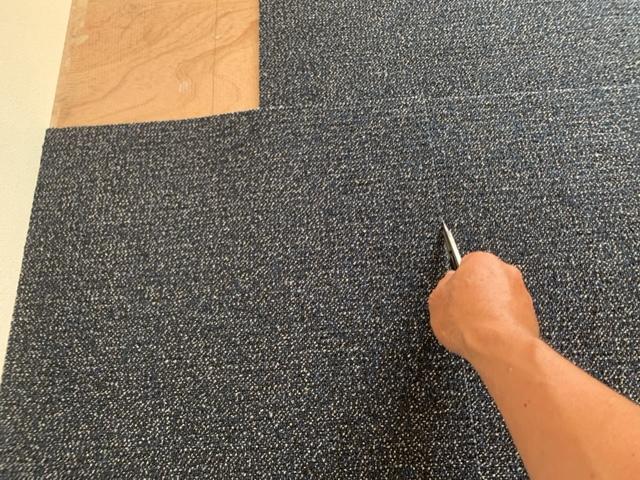 タイルカーペットを定規として使いカット