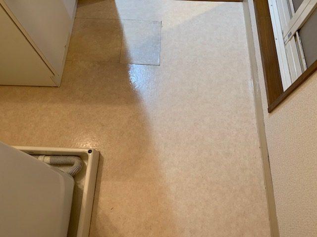 洗面所の床がボコボコしている