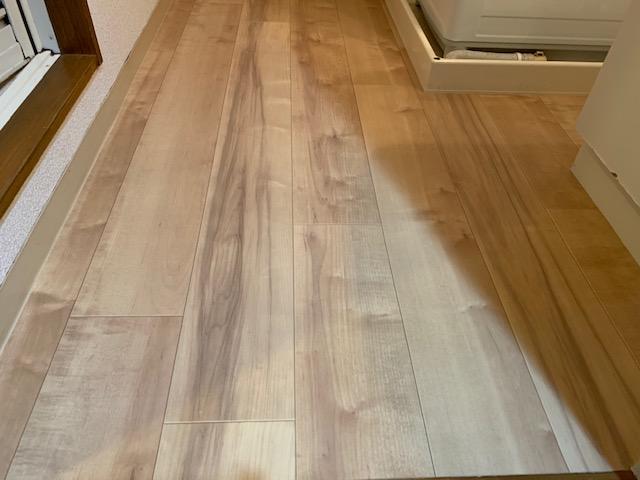 洗面所の床を修理