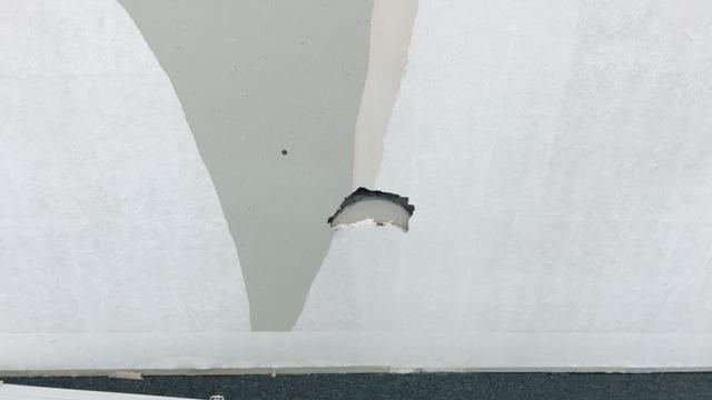 壁紙を剥がしたらグレーが出てきた