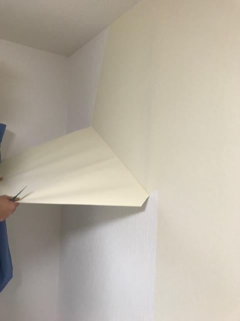 裏紙を残すように壁紙を剥がす