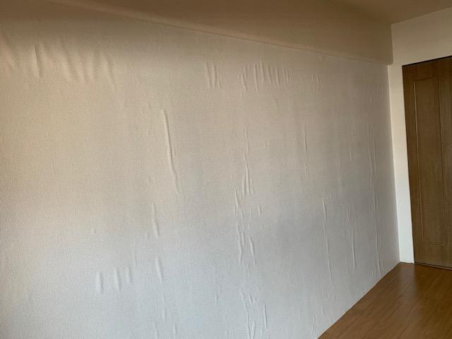 壁紙を貼った直後の浮き