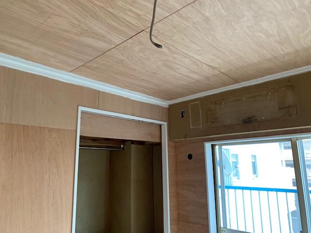 壁と天井にべニアを貼る