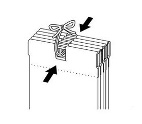 バーチカルブラインドのお洗濯 束ねたルーバーのひもを結ぶ