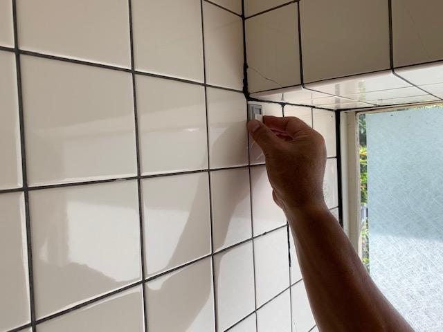 突っ張り式ブラインドの受け皿を壁に付ける