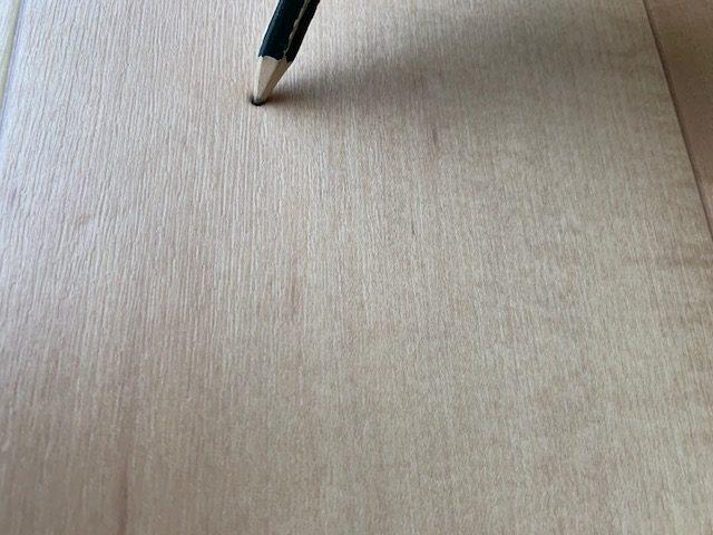 クッションフロアを鉛筆で刺す