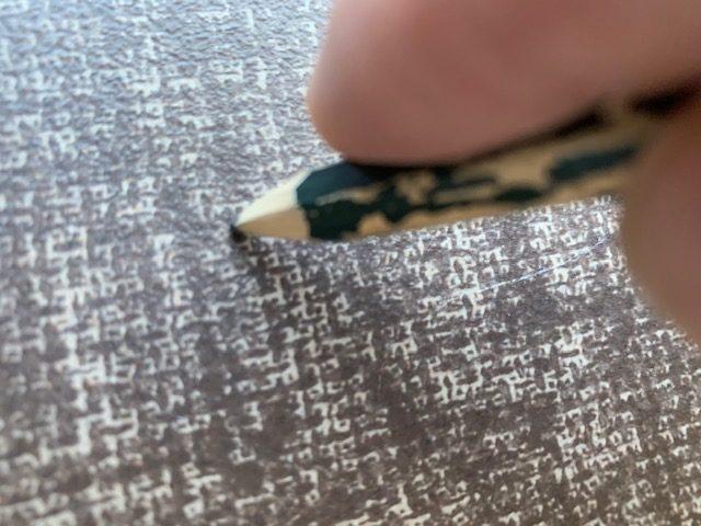 長尺シートを鉛筆で刺す