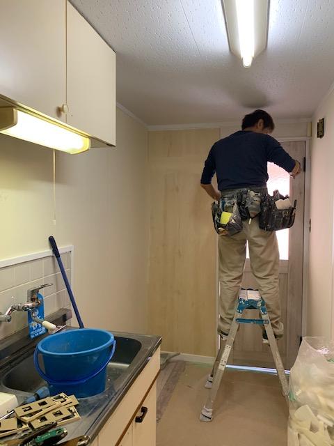 台所の壁紙を張り替える様子