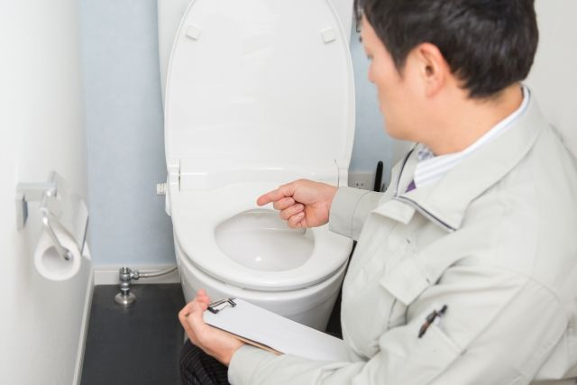 トイレの壁紙張り替えを業者に依頼するなら