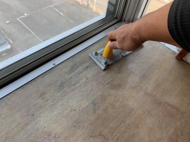出窓の天板をサンドペーパーで研磨