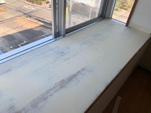 出窓天板の全面にパテ