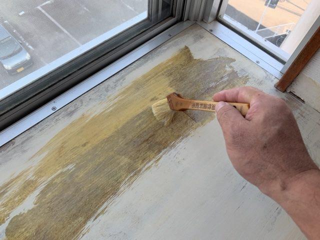 出窓天板にプライマー塗布
