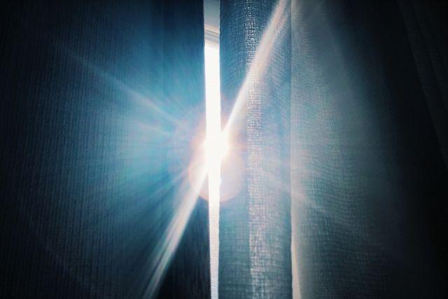 カーテンの隙間から漏れる光