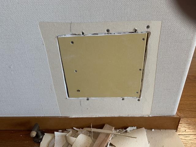 壁穴をプラスターボードで塞ぐ