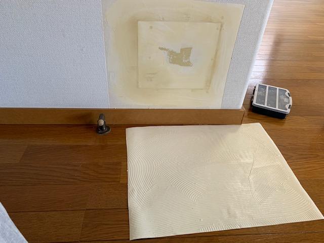 剥がした壁紙で補修する