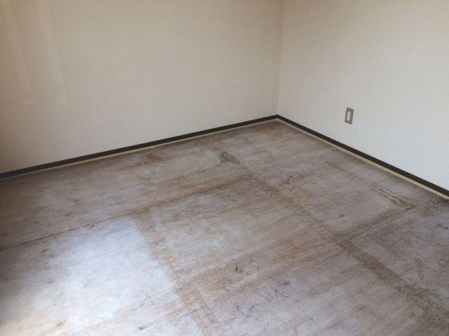 畳を撤去した和室の床