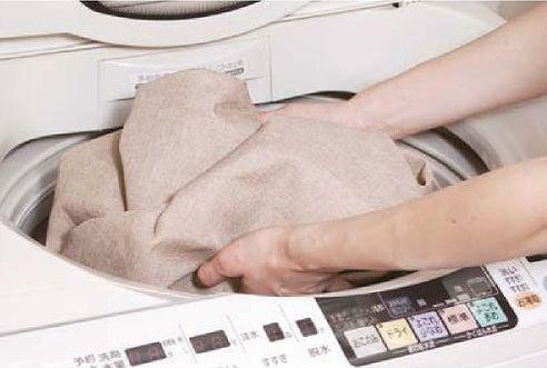 ロールスクリーンを丸めて洗濯機に入れる