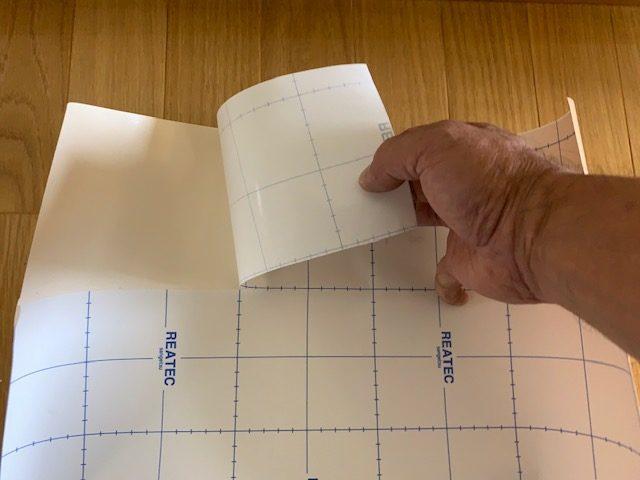 ダイノックの剥離紙を剥がす
