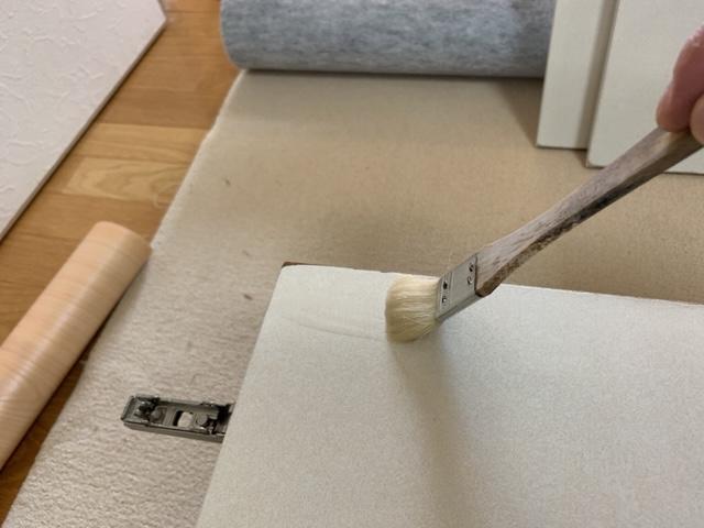 塗装用の刷毛でプライマーを塗る