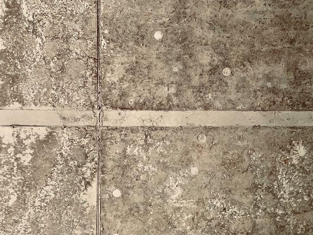 コンクリート下地へのクロス貼り