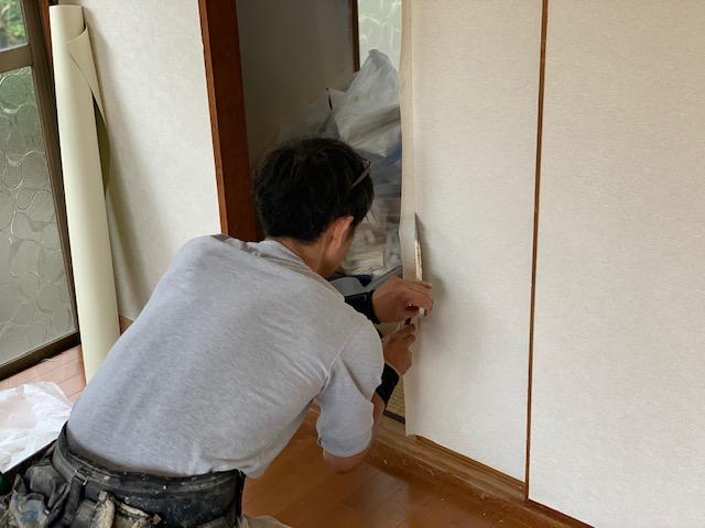 枠周りの壁紙をカットする