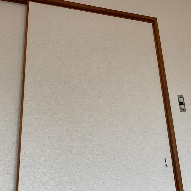 クロスをドアに貼った画像