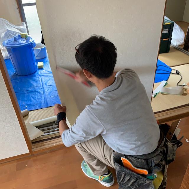 ドア(建具)に壁紙(クロス)を貼る