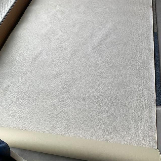 壁紙(クロス)を床に広げる