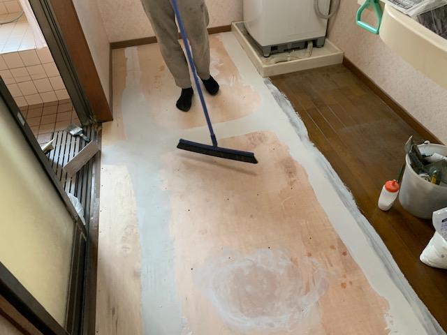床を綺麗に掃除してクッションフロアを敷きこむ