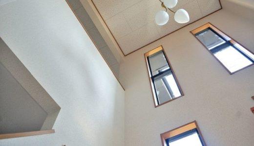 【スリット窓のカーテン】縦長窓におすすめ!おしゃれなローマンシェードをご紹介します
