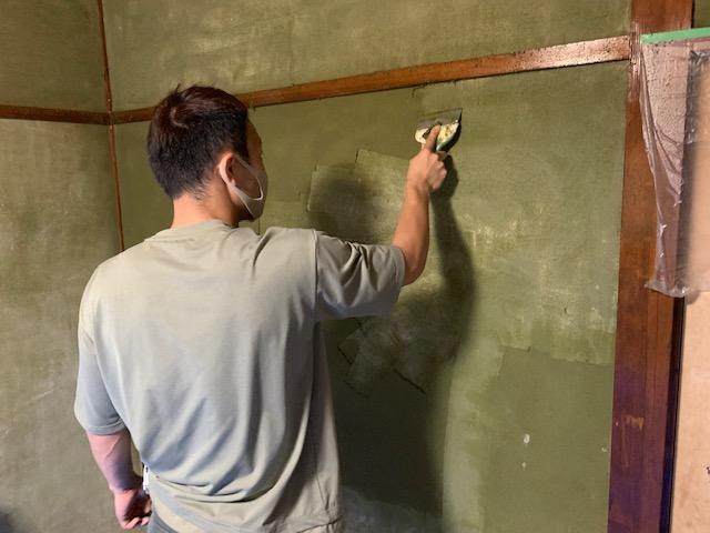 和室の砂壁を剥がしている画像