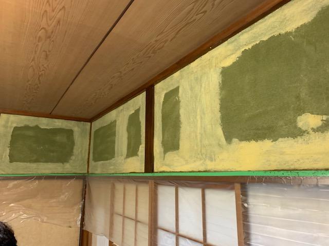 和室の壁にパテ