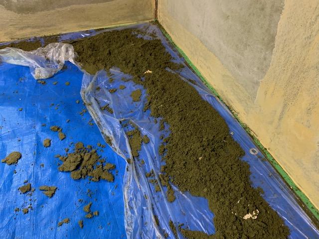 砂壁を剥がして出た大量のゴミ