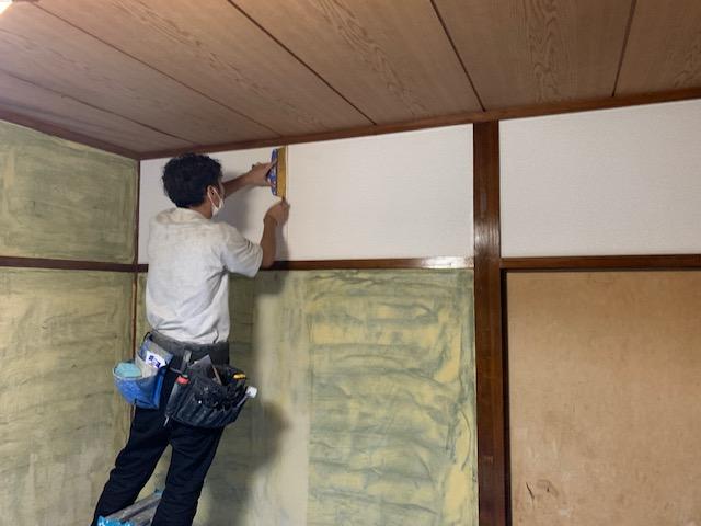 和室の砂壁にクロスを貼る画像