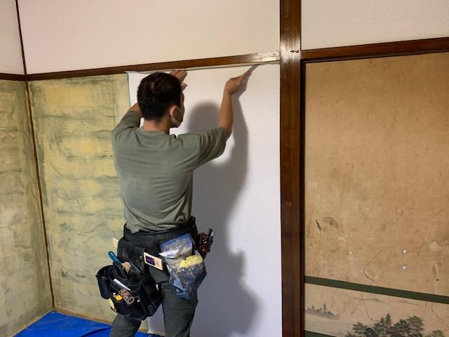 和室の砂壁を剥がしてクロスを貼る画像