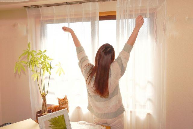 電動カーテンで目覚める女性